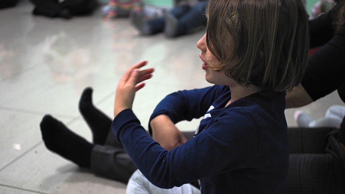Musicalis, bambina che mima con le mani la musica