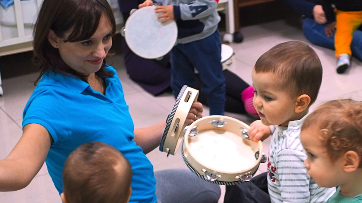 Musicantis, bambini che giocano con i tamburelli