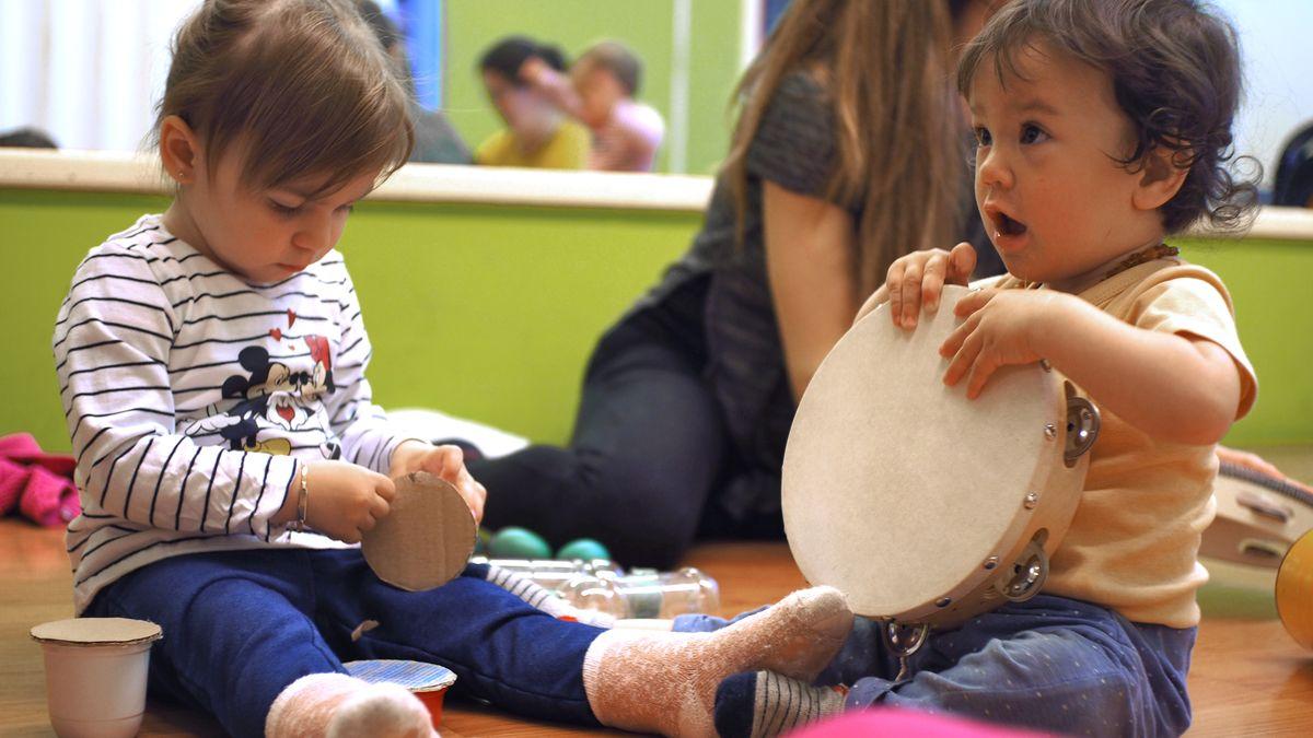 Musicantis, bambini che scoprono nuovi modi di suonare un tamburello