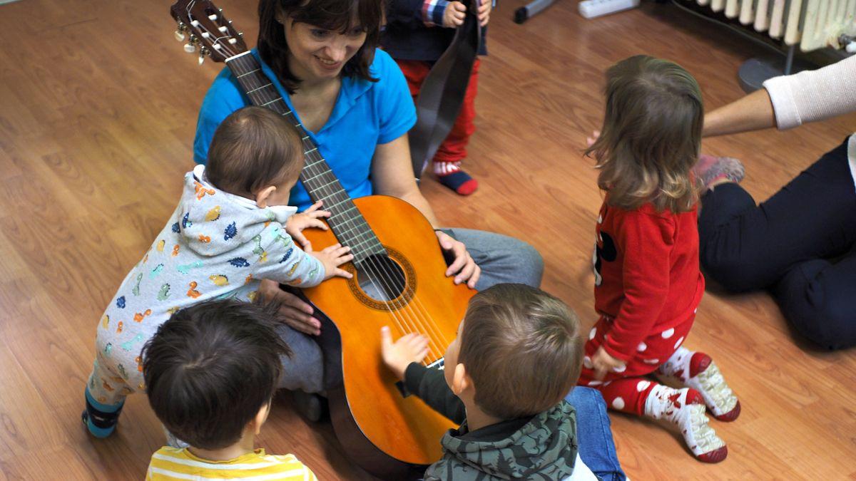 Laboratorio GiocaMusica, Silvia che mostra la chitarra ai bambini e li fa giocare
